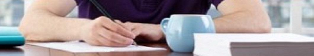 homme écrivant une lettre d'amour à une femme